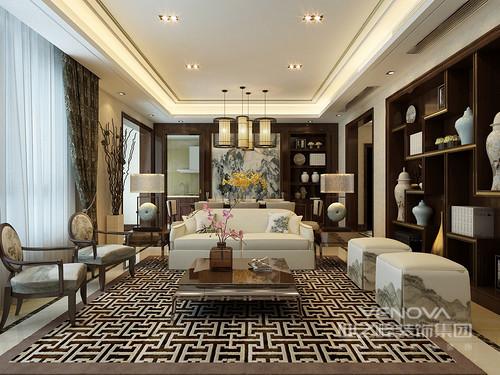 方正的客厅中,极具视觉冲击力的地毯纹饰,为空间注入强烈的悦动,将氛围营造的儒雅活泼;以对称形式布置的沙发、椅凳组合,在山水画的点缀下,意蕴悠然闲适,并与酒柜上水墨诗情相映;博古书架上古玩琳琅,更添一丝文化贵气。