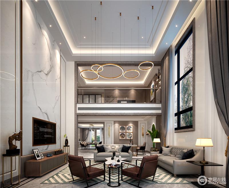 空间因为挑高气势不凡,暖暖的阳光透过半隐的纱帘照进来,空间通透而规整;金属圈形吊灯带着轻奢,与白色墨纹大理石墙面碰撞出天然之态,金属之美,也让生活多一些乐趣;灰色沙发与绿白色菱形地毯的清新让空间安静和干净之余,更富品质。