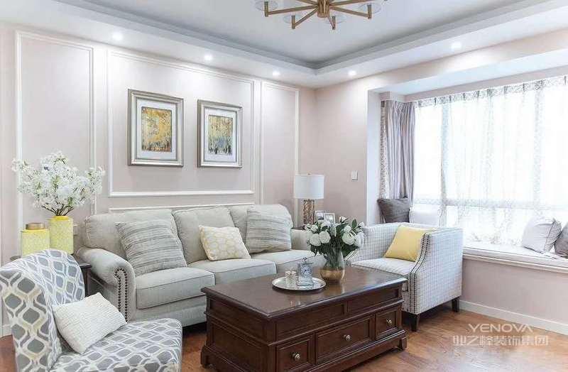 现代美式房屋的色彩搭配都是选择那种比较明朗恬静的效果,这样从整体的空间上给人看起来也是有一种温和柔美的感觉,因为现代美式风格它比较喜欢混搭风去营造舒适优雅的环境。除此之外,家具颜色也是比较常用到一些白色,而且对它也不需要进行过多的装饰,因为这种风格的家具营造了一种温馨舒适的环境。