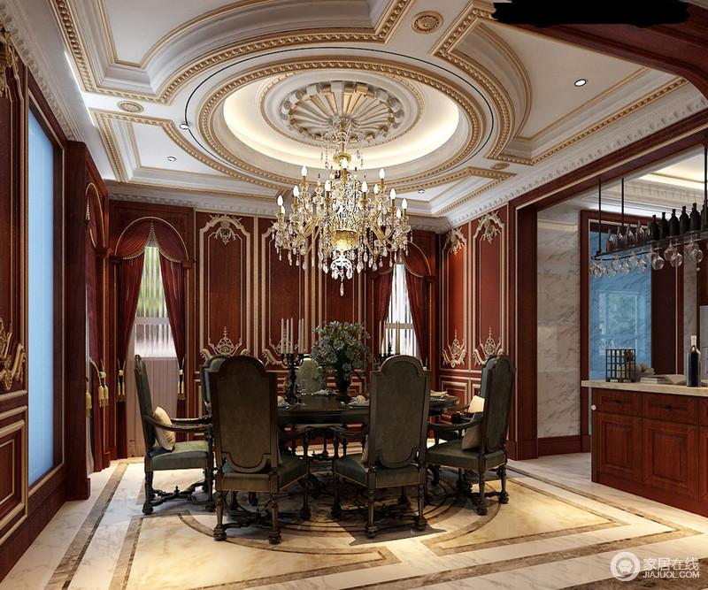 圆形的描金天花压顶,但由于餐厅空间的层高,并不显压抑反而通过玻璃窗带来的光线,而显得开阔宽敞;背景墙上镶金红木与餐椅的灰绿色碰撞,色调上的对比使空间具有了鲜明层次,同时也带来浪漫与庄严的对比,尽展空间的沉稳华贵。