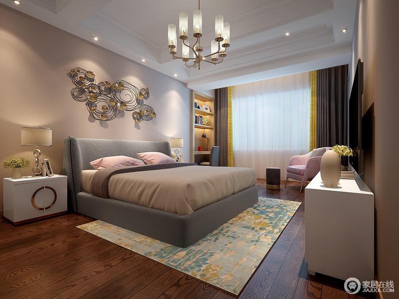 卧室白色的吊顶巧妙将休息区与收纳学习区分开,并因为驼色背景墙上的金属装饰而显得轻奢;灰色与驼色的软品因为粉色靠垫和沙发多了甜美,手工编织地地毯带来生的活力。