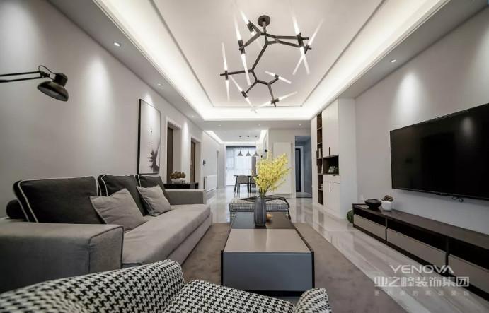 在这个三居的现代空间,并不是简单地将现代元素融入到空间,而是结合了现代古典的灯饰与家具,让整个空间规整之余多了贵气;色调上也在沉稳的基础上,穿插运用蓝色、粉色和其他色彩,以多彩的设计,给主人一个不一样的现代空间;当然了,整体设计并没有在功能上做简化,而是足够让你生活得温馨与精致。