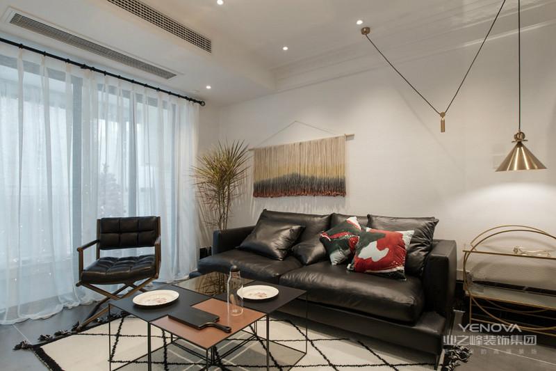 客厅经过精心布置与电视背景相对的一面特意设计布艺挂画,拉伸整个背景墙使之更加完整