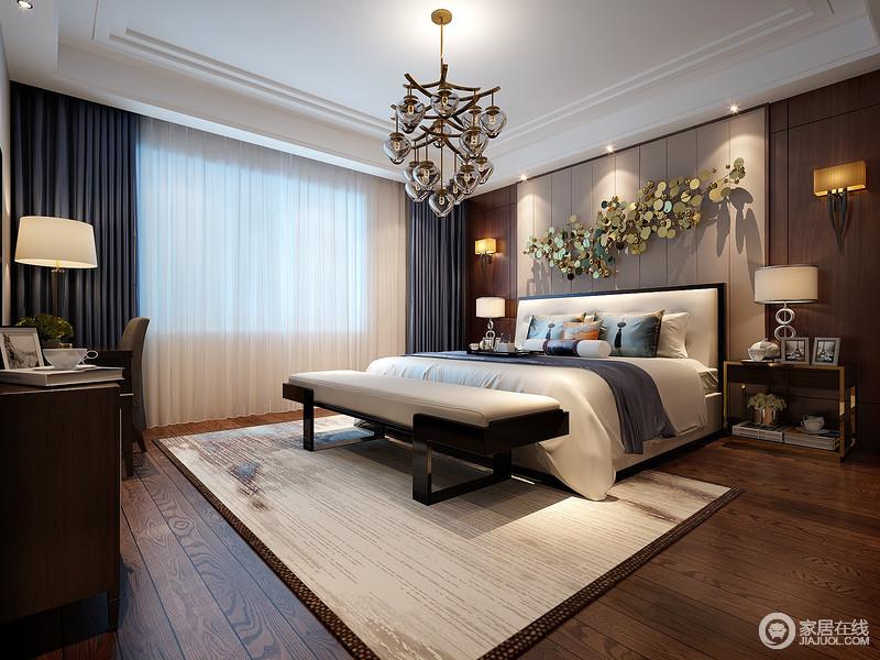 卧室的背景墙以线性设计来表达简约,而金属床饰与个性的吊灯相呼应,折射出光的旖旎,温柔而淡然;中性色调的配饰与实木家具,诠释大气怡色,层叠之中,安静而优雅。