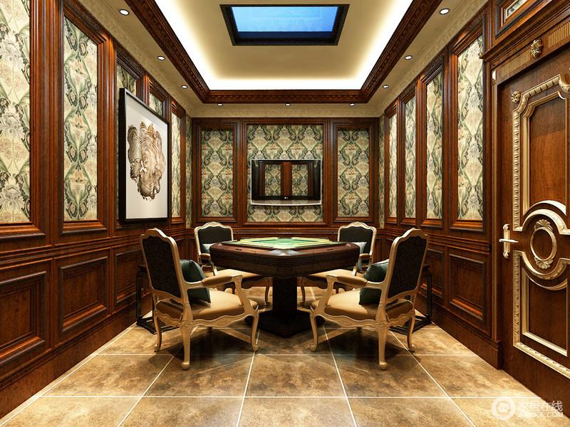 休闲麻将室里,设计师利用清丽的植物印花与红木墙板拼接,并铺满整个空间,以此来增加空间的装饰趣味,烘托出闲适典雅的气氛;麻将桌搭配的座椅,椅背和点缀的靠包也均以墨绿色,呼应着壁纸印花,自然的韵味盈满空间,富有华美朴质的活力。