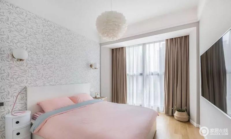次卧少女心爆棚,浅色空间搭配壁纸背景,白色床与淡粉色床品,羽毛吊灯呼应少女色调,优雅氛围。