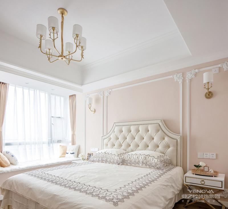 在北欧的室内装饰风格中,木材占有很重要的地位。原始北欧风格的居室中使用的木材,基本上都使用的是未经精细加工的原木。这种木材最大限度地保留了木材的原始色彩和质感,所以在产品中我们模仿原木的质感,在墙面大面积使用原木色墙板打造质朴感