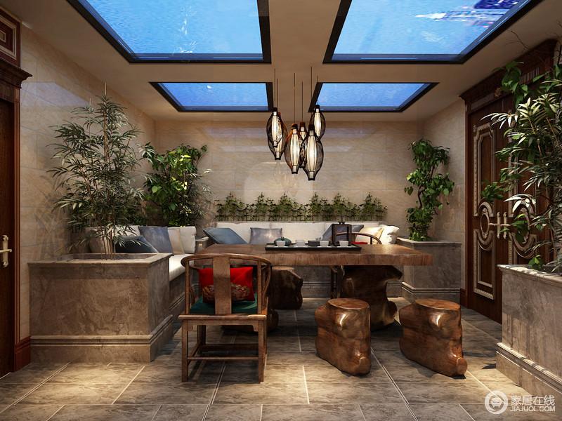 在茶室的设计上,设计师选择颇具诗情的中式风格,来营造空间的闲情逸致;砖灰色打造的大理石花池,结合着卡座形式,使自然与实用合二为一;木雕茶几与圈椅、木凳搭配,在竹灯、绿植的烘托下,静谧恬淡;通透的玻璃天窗,更为空间增添了缥缈悠远的意境。