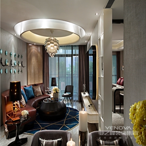 现代与时尚并没有给人以距离感。它是亲和的,它也是舒适的。在本样板中展示的作品都精彩异常,作品不仅凝聚了设计师们新锐的设计眼光和独到的设计思想,室内空间设计师精心设计的陈列品,如家具、灯饰和挂件,陈列着各种精致的时尚潮流物件,这些物件与现代的设计在恰当的空间邂逅,许多家居设计摆件其新颖的构思和奇特的外形,更是成为设计潮流的价值取向。设计师对时尚元素准确的把握、运用和组合。一个具有引领时尚潮流深后文化底蕴的同时,有兼具现在、时尚的样板空间。在传达尊贵大气的同时,让人切实地感受时尚的人文气息
