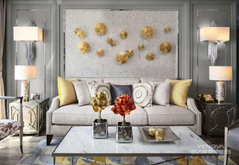 客厅,乃是展现家具风格的窗口。新中式风格的客厅追求雕梁画栋。