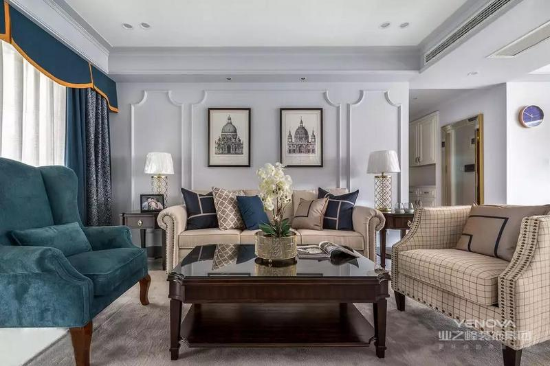 设计师摒弃传统美式厚重、繁琐的造型及家具,以现代的设计手法去做硬装,结合屋主喜好,打造了时髦的新美式。希望这套装修案例能给准备装修的大家带来一些灵感。