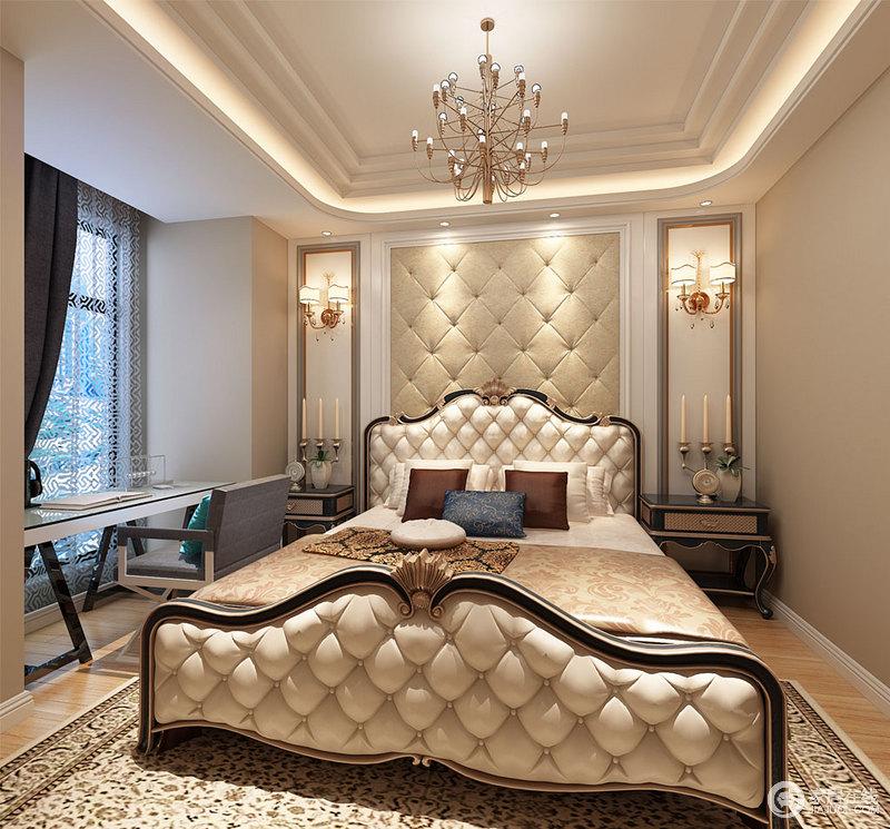 卧室跌级天花拉伸了空间高度,宽敞的落地窗引来自然光线,加上点线面的均匀布光,室内显得雅意明快;床头墙面与床头柜采用规整对称,软包与双人床首尾形成层次上的呼应,凸显华奢富丽质感;窗前定制的办公桌,增加空间的利用率。