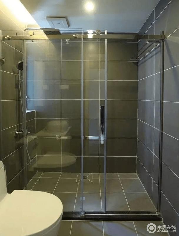 主卧的卫浴间虽然不大,却功能性十足;灰色砖石铺贴出现代利落,让空间布局很分明的空间也格外讲究品质。