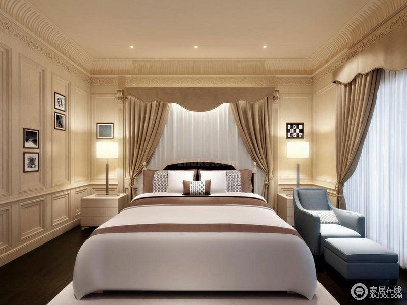墙面石膏线制造的凹凸线条,在视觉上有着立体的丰富感,使卧室新古典气息浓情;空间内没有设计主灯,以射灯和床头灯营造静谧安宁的休憩环境;咖白相间的床品与蓝色沙发色彩对比,跳跃鲜明的碰撞延展出轻松愉悦的气氛。