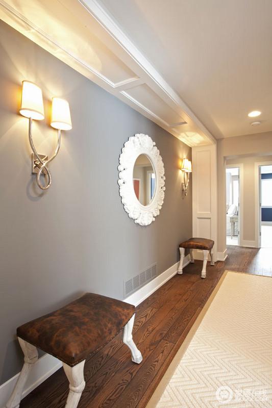 玄关对称坐椅,即是装饰,也可方便使用。