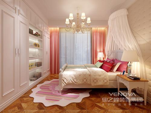粉白搭配出轻甜浪漫的女孩子房,对称多功能性衣柜展示架入墙,空余出流畅的活动动线;窗帘、靠包和地毯均采用不同色系的粉色点缀,搭配白色的床幔,在柔软的拉扣软包墙的烘托下,梦幻且高贵。