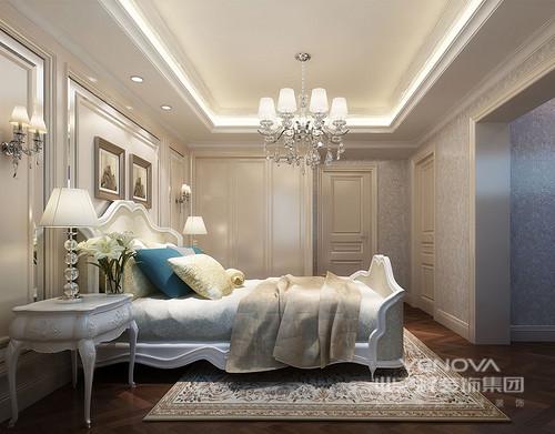 主卧室呈现出典雅的端庄大方,护墙板凹凸之间规整气势,呼应着床头米黄色软包墙勾线,在床幔的渲染下,柔美舒和;地毯上图案繁复跃动,与顶上细碎的拉扣灯光,熠熠生辉的打造出空间的华贵魅力