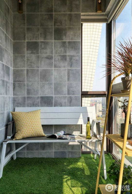 阳台一隅,有阳光相伴,绿草为依托,黄色的植物架为点缀,执一本杂志,靠着靠垫而坐,感受大自然的清香,享受着美好的惬意时光。