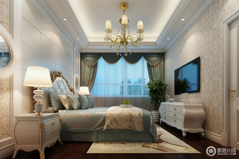 卧室以素色浮雕壁纸来铺贴墙面,嵌入白色板材打造得造型墙内,渲染出复古、柔雅的古典之美;米色罗马帘的曲线与花卉设计带来女性般地优雅,与镶金木床上的蓝色丝绸床品突出了质感与轻柔,色彩清和之外,搭配新古典家具与布艺,跳动着轻贵大气。