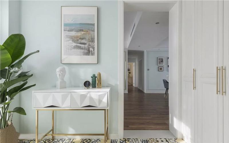 门厅空间为异形空间,面积充足,所以在右侧依墙形状设立收纳柜,可作为鞋柜、进出换装以及收纳空间使用。