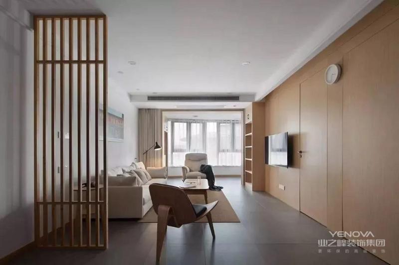 这套的户型是比较独特的中字形,整体装修以极其简单的硬装与原木质感搭配,在简单的空间里以舒适实用的搭配,没有繁杂多余的设计或装饰,却也营造出了一个温馨舒适的气质空间。