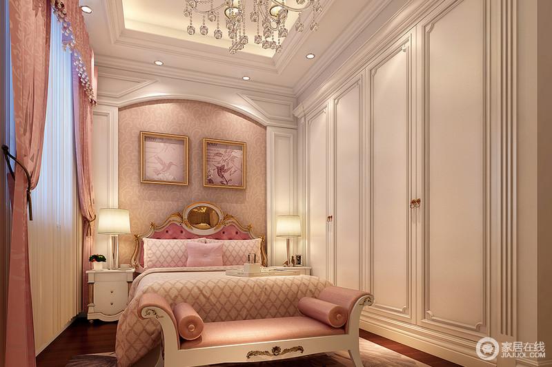 卧室以白色板材来建立复古的造型,微拱形的背景墙带来一种古典美学,而衣柜的设计更是带来一种洛可可的优雅,同时,借顶式设计与吊顶的几何构成线条之美,实用之余,多了一份精奢;从粉色壁纸、壁画到窗帘和床品,粉色系的甜美无疑让生活更为温馨;白色床头柜与床尾凳的金属雕琢工艺与花纹设计张扬设古典艺术的轻贵,给予生活无限的温柔与舒适。