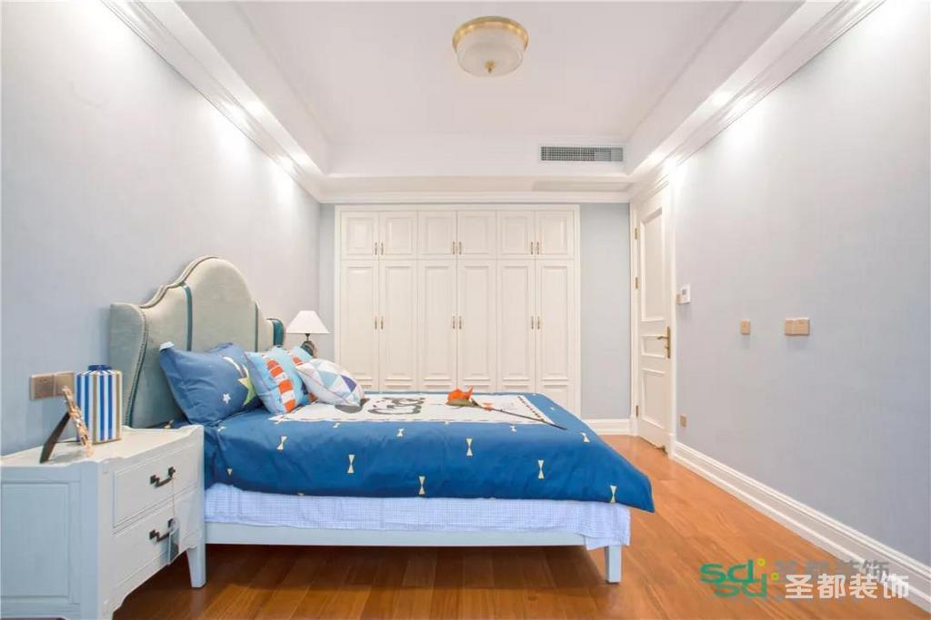 地面是实木地板,衣柜封装到顶部,既增加储物功能,又让衣柜有整体感,顶层不会落灰,非常具有实用性。