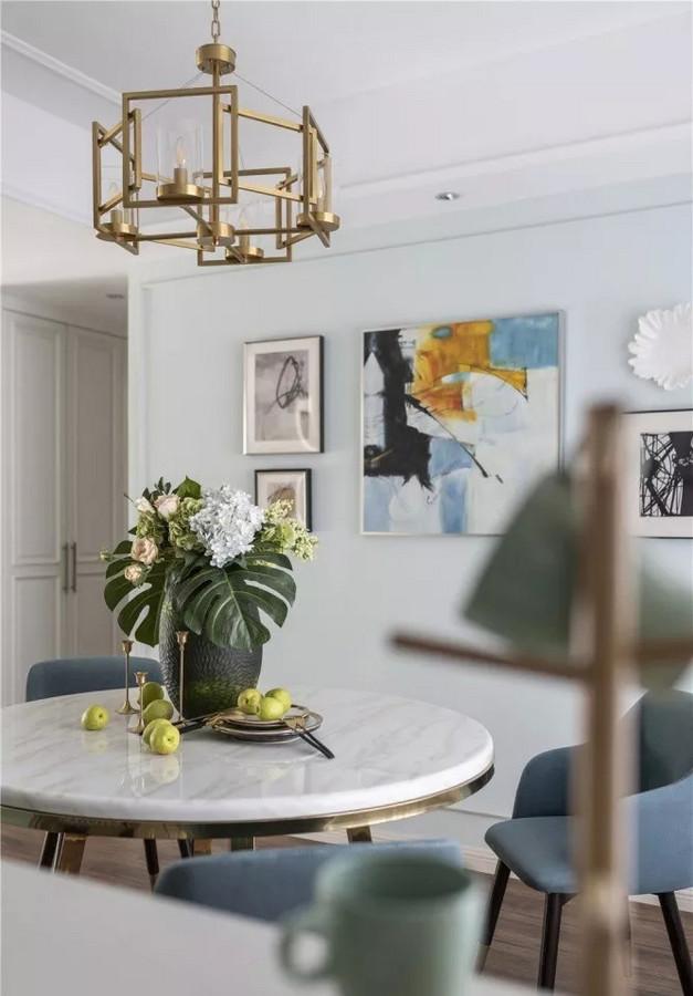 餐厅选用圆形餐桌,可以柔化方正空间的硬朗棱角。