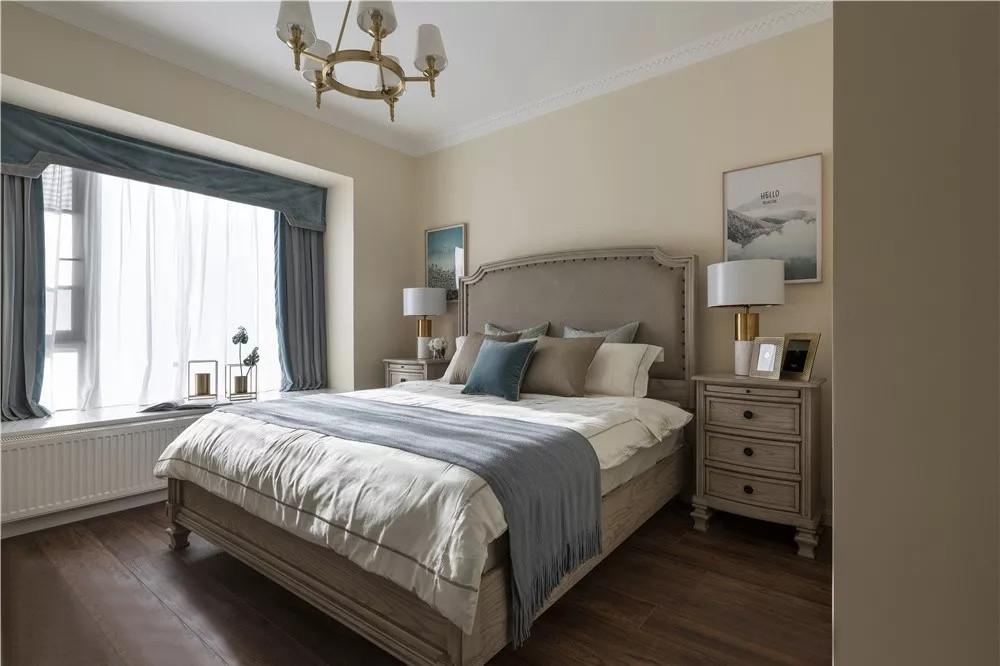 主卧选用米黄色墙面,色调温馨自然,符合人体视觉感知。家具选用木纹质感,提升空间品质。
