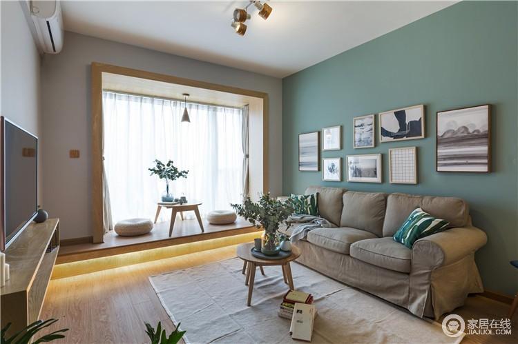 客厅里面采用落地式的封窗大阳台,并将其打造成一个休闲区,不仅会让整个客厅多了几平米的活动空间,也多了自在。