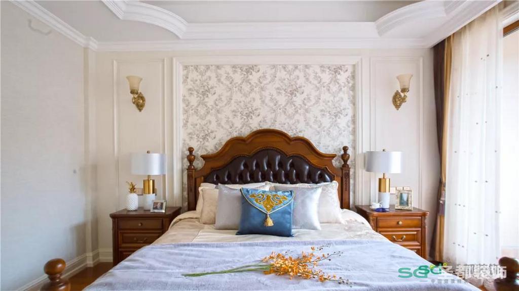 老人的房间便更加沉稳一些,浅色碎花纹的墙布、胡桃木色的床,都是老人喜好的年代感。