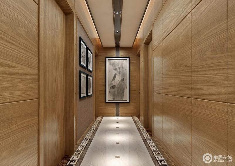 走廊空间墙面装饰,全部采用木板营造,材质带来的自然气息让空间充满舒适温馨;点缀的大小画作,以轻描淡写的水墨,诠释空间的素雅浅淡韵味;米灰大理石地面上,框线饰以繁复回纹,呼应着画作,传递出中式情调。