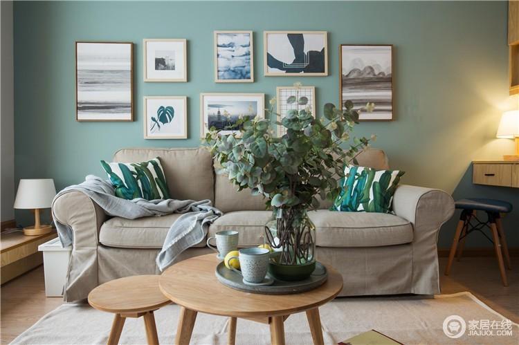 浅驼色的布艺沙发,因为绿色的沙发背景墙和植物元素的靠垫少了枯燥;墙面上的一组组简画,既可以起到装饰的作用,又与北欧圆几、绿植构成生活的清新。