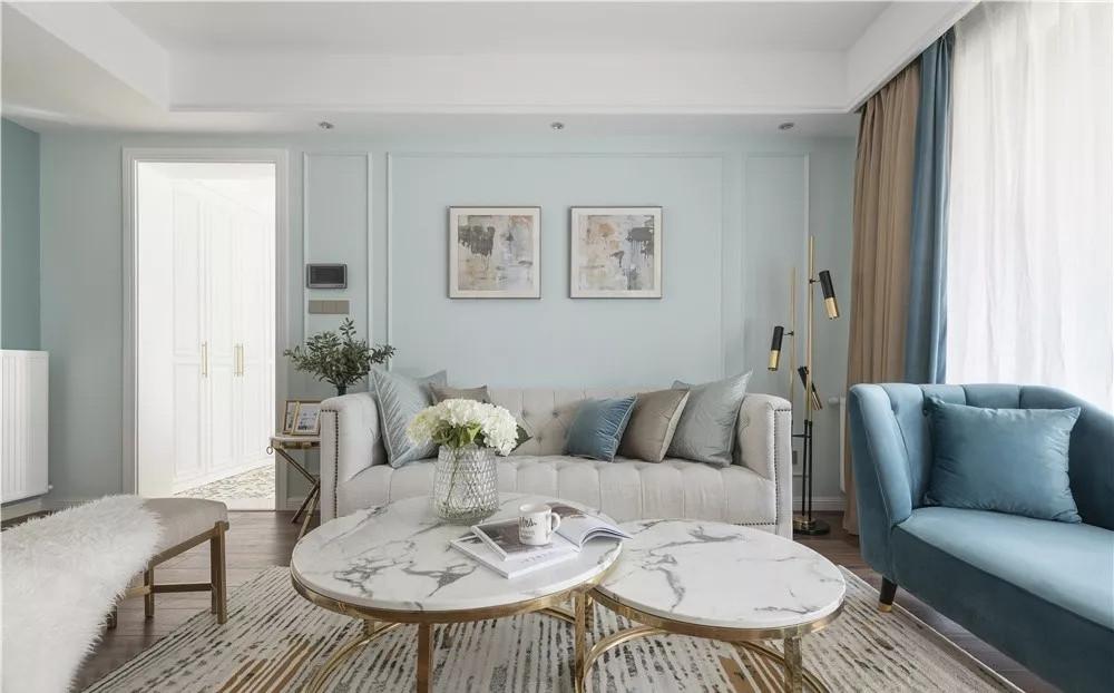 空间的立体感体现在墙面线条、家具桌角以及落地灯,细节展示混合美式的温馨与轻奢质感。