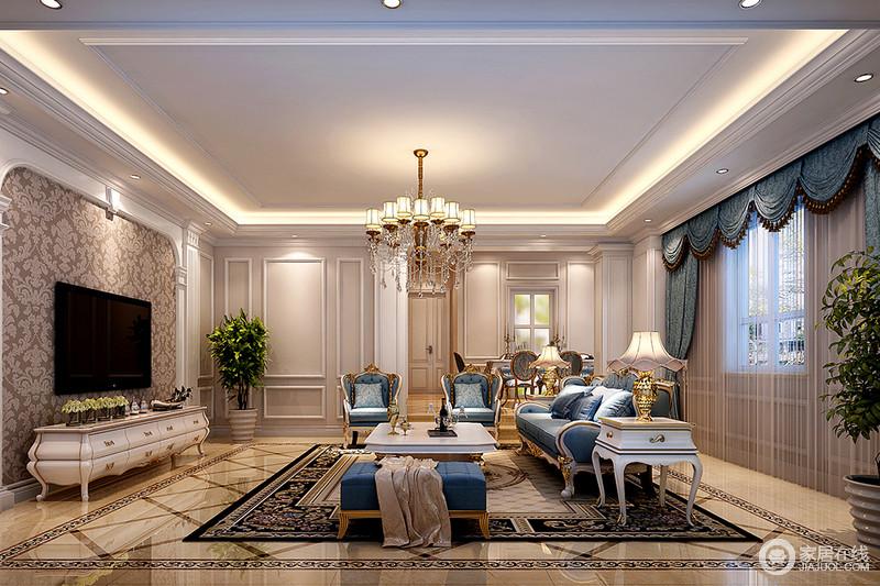 客厅以利用地砖和壁纸来营造空间中性的底色,搭配蓝色罗马帘和新古典沙发,让空间色彩和谐而幽静,同时因为新古典家具显得奢贵;餐厅也以蓝色花卉餐椅来呼应,让生活在复古的气息中,享受精致带来的安逸。