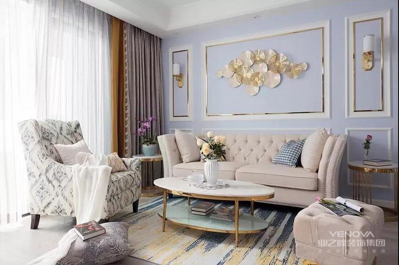 """北欧风格非常讲究空间的层次感,在需要隔绝视线的地方,则使用中式的屏风或窗棂、中式木门、工艺隔断、简约化的中式""""博古架"""",通过这种新的分隔方式,单元式住宅就展现出中式家居的层次之美。再以一些简约的造型为基础,添加了北欧元素,使整体空间感觉更加丰富,大而不空、厚而不重,有格调又不显压抑。"""