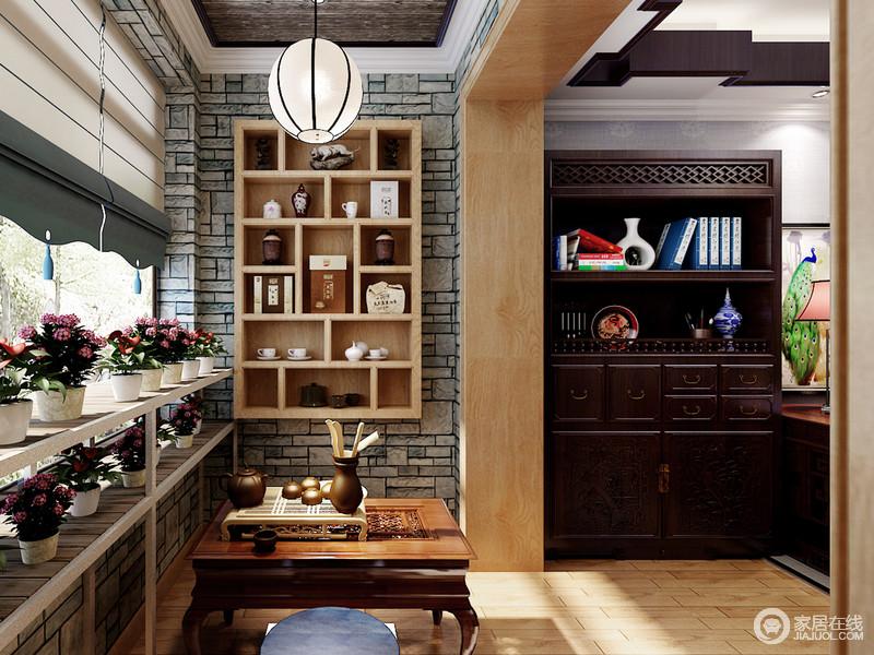 书房有着宽敞的阳台,设计师将其打造成休闲茶饮区;低矮的茶几配上蒲团,在阳光的沐浴下有着闲适悠然的情调;同样低矮的飘窗,与白色隔板架结合,摆上两层盆栽花植,在打底的仿古砖墙营造下,清远高逸。