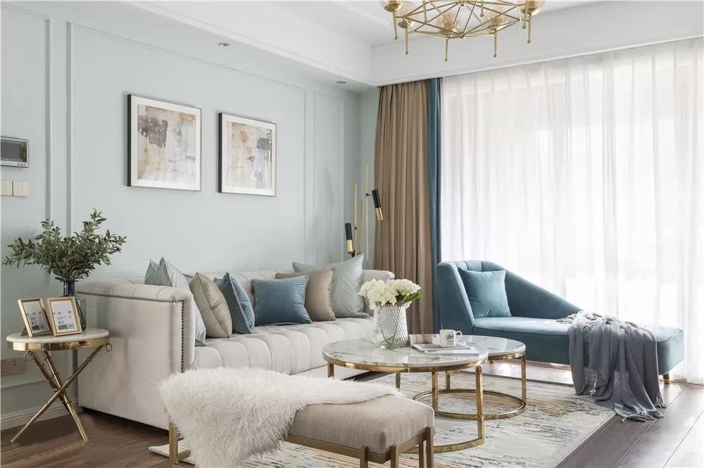 整个空间以清爽明朗为主,选用浅松石色作为墙面,海港蓝运用在沙发和窗帘上,同色系冷调搭配,空间更加平和。