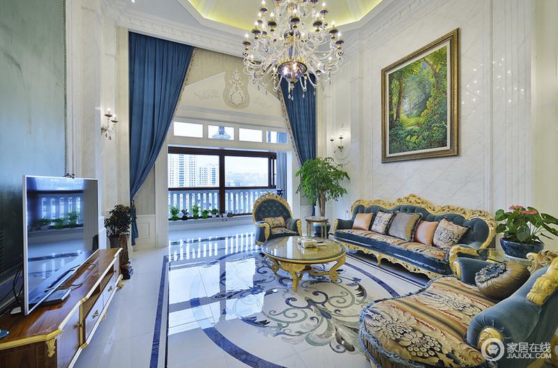客厅以蓝白色调为主,白色的大理石上细腻的纹理,加上欧式雕刻元素的修饰,在日光下显得轻盈阔朗。蓝色运用在布艺沙发、窗帘及地板拼花上,整体空间透着法式浪漫的纯净。