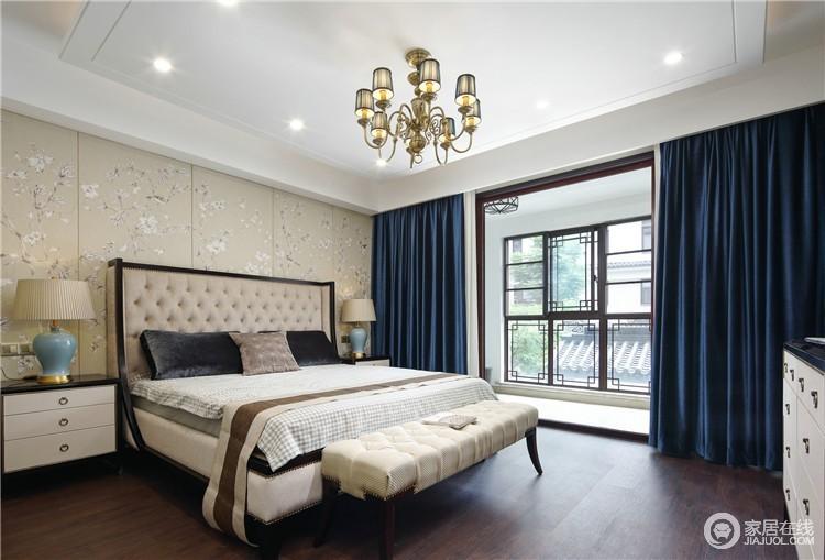 卧室采用直线型设计,素色花鸟背景墙因为蓝色窗帘更富东方优雅;新古典的床头与欧式台灯组合,无形中带来奢华,而床尾凳的新古典与欧式吊灯的璀璨,混搭出温馨。