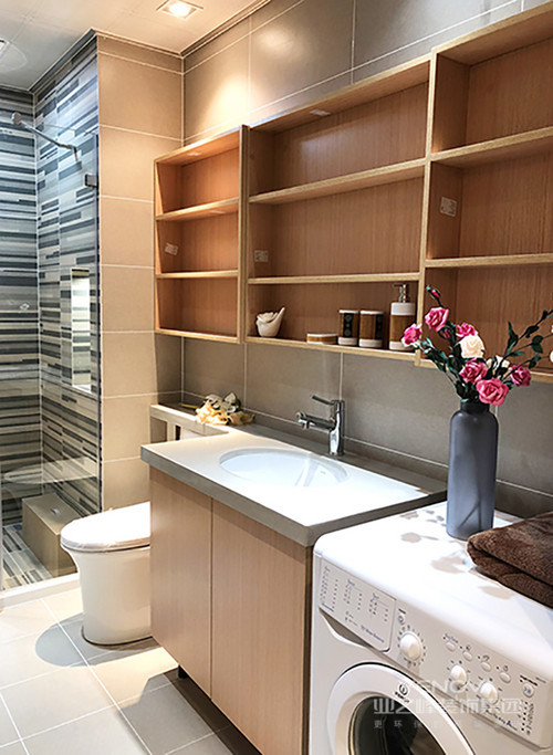 本案为70平大一居,空间上功能区完整,而屋主需求则是希望有尽可能多的存储地方;设计师多方考虑,以简约风布置空间,从实用功能出发,因此使用了大量定制性家具,大大强化空间的收纳功能;材质上,多以木质和布艺为主,使小空间在朴质随性、轻柔温和的材质营造中,感受生活的惬意和舒适
