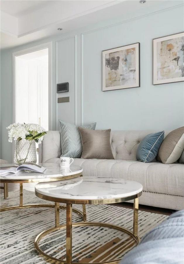 沙发、地毯选用浅色系,茶几为大理石材质,提高空间时尚度。