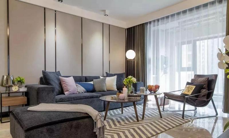 这是一套100平的三居室,装修选择了现代风,全屋简洁大方,时尚美观,每一个区域的设计与布置,都无可挑剔。如一进门玄关装了嵌入式鞋柜,餐厅设卡座,客厅背景墙上,还专门采用了线条点缀,凸显立体性,当然还有卧室、卫生间等,看似简单寻常,但都花了一番心思。