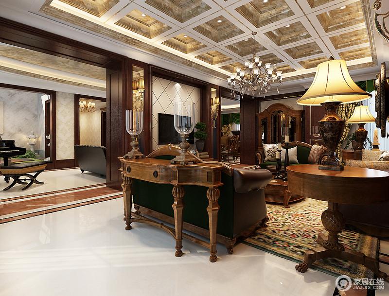 客厅的吊顶以石材和板材打造几何立体感,带你体验宫廷华丽;欧式水晶吊灯与对称的石材台灯让空间浓聚收藏艺术,与一件件厚重考究地美式古典实木家具表达传统文化,绿色美式沙发与花卉地毯注入生机,让美式古典空间的尊贵显露无遗。
