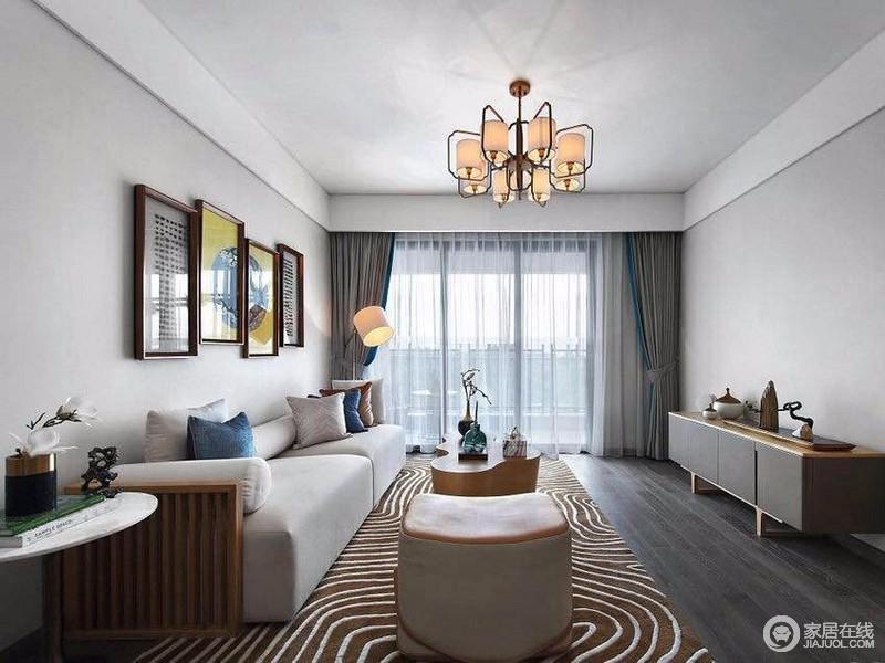 客厅以米色为主色调,大面积的落地窗让整个空间通透明亮;但由于色调上的平和,让空间格调沉静,而充满几何曲线纹的地毯,则瞬间点亮空间,平添几分时尚质感。
