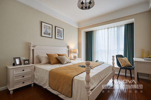 主卧的主色调以恬淡的米色为主,和象牙白的家具搭配,十分和谐,窗帘是清新雅致的青草绿,与橙色构成活力组合,柔和的灯光,加上墙上精挑细选的挂画,点缀出温馨与和美