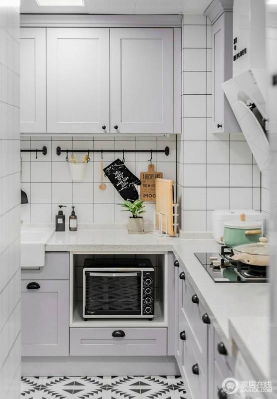 L型的厨房,其实是把生活阳台的地方利用起来让厨房空间更大,加上设计师的巧妙构思,储物空间也是超级多,完全满足所有爱下厨人的要求。