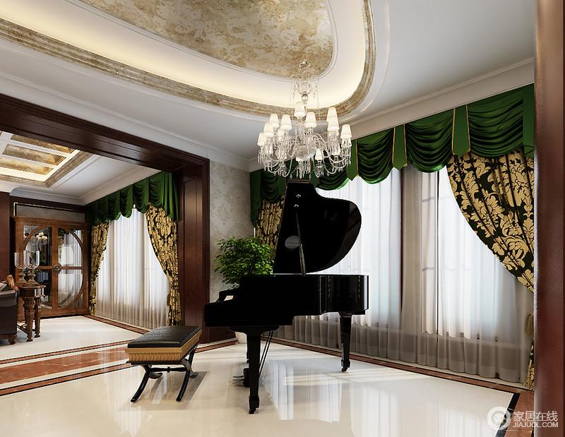 休闲室以绿色罗马帘让整个空间宛如绿宝石发光,借纱幔透进来的光交织出明快;椭圆形吊顶由石膏和石材制成,打造一种原始感,并因白色欧式水晶灯和黑色钢琴、坐凳让空间协调处庄重和复古。