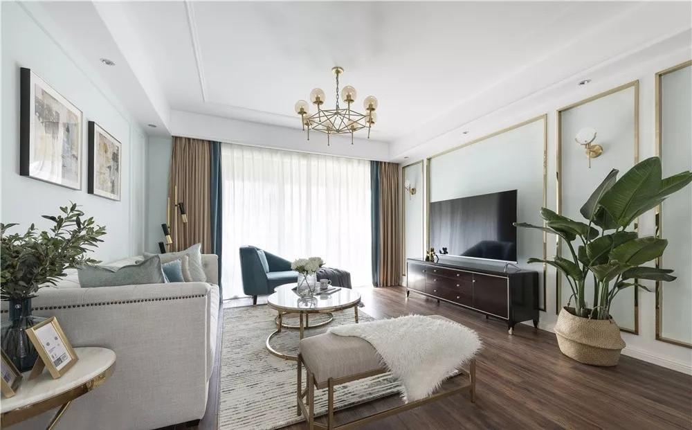 客厅,吊顶从视觉上将客厅和走廊进行分隔,也更有层次感。电视墙两侧添设壁灯,美化墙面的同时增加氛围灯光。