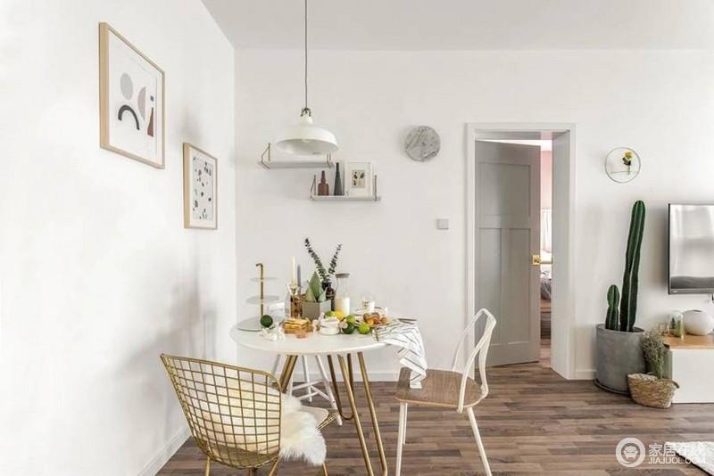 餐厅则是妥妥的盐系,高冷精致的ins风三把造型不同的有趣餐椅,这才是轻人的餐厅该有的样子。
